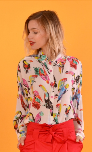 Chemise Résiste Toucans Blanc, oversized shirt, long sleeves ending in a wrist, pretty pointy collar .