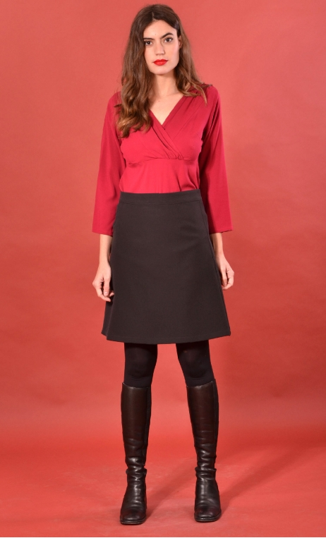 Jupe Swan Urban Chic, Black skirt, trapeze, just above the knee, zipped back.