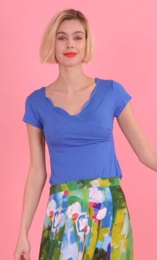 Le Top Lily Basiques Raffinés Blue, Plain knitted top, festooned cross-heart, small sleeves.