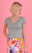 Le Top Lily Basiques Raffinés Lichen, Plain knitted top, festooned cross-heart, small sleeves.