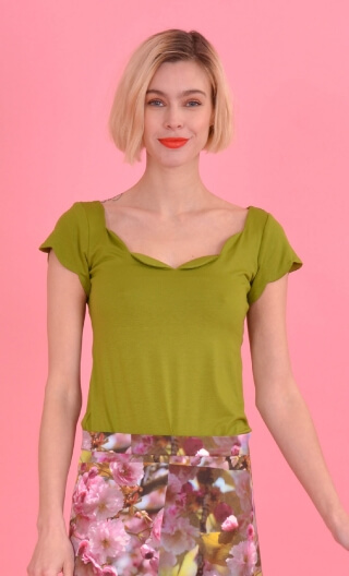 Top Vénus Basic Raffinés green, Plain, fitted top, scalloped neckline and small sleeves.