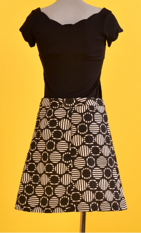 Jupe Swan Riviera Black, A-line skirt just above the knee, zipped at the back.