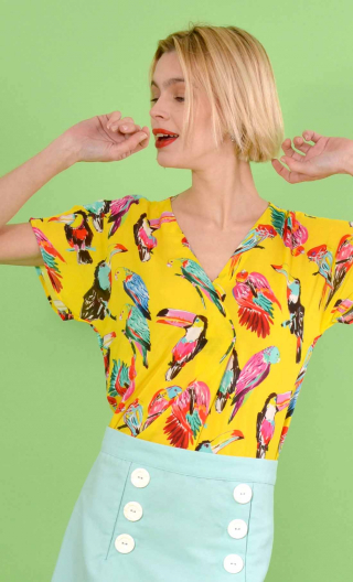 Top L'Aigrette printed Toucans jaune, kimono style, flared, loose sleeve, V in front, pleat