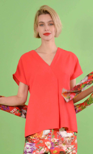 Top L'Aigrette en Plume rouge, kimono style, flared, loose sleeve, V in front, pleat