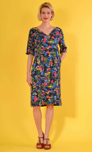Robe Chloé in print Atlantique, trapeze, sleeves, boat neckline with slit, knee length.
